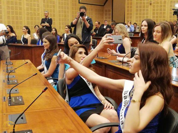 شاهد بالصور.. 60 ملكة جمال يروجن للسياحة في مصر