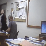 شاهد فيديو يفضح لحظة تحرش محقق إسرائيلي بعهد التميمي أثناء استجوابها!