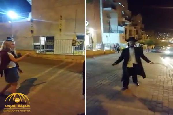 """شاهد .. يهودي متطرف يلاحق  فتيات بـ""""العصا"""" ويطالب بذهابهن للبيت!"""
