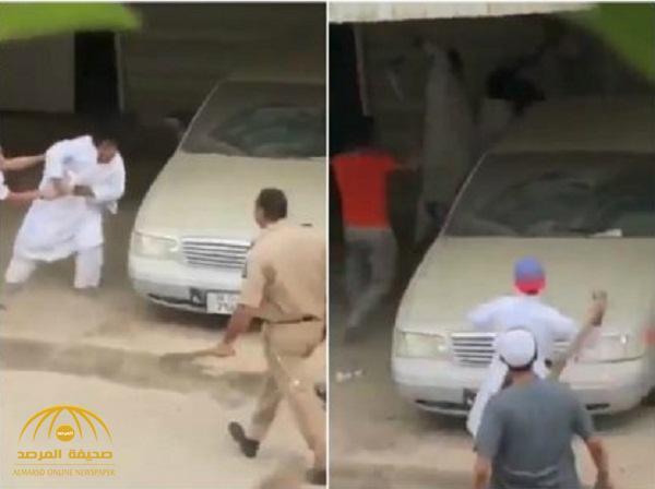 بالفيديو.. رجل أمن كويتي وأبنائه يعتدون بالضرب العنيف على طالب بالجهراء