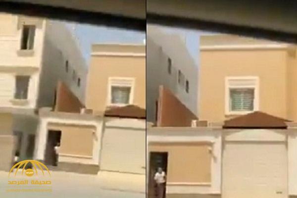 بالفيديو : مواطن يروع وافد لحظة إطلاق صافرات الإنذار ويخبره أن هناك حرب .. شاهد ردة فعله
