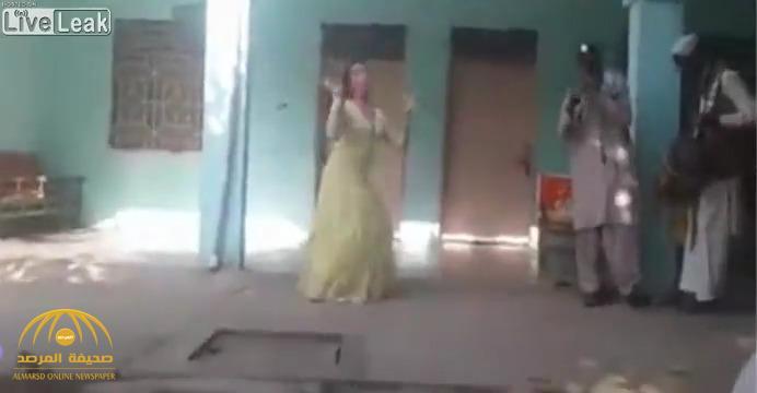 شاهد .. لحظة وفاة راقصة برصاصة طائشة في فرح شعبي في باكستان