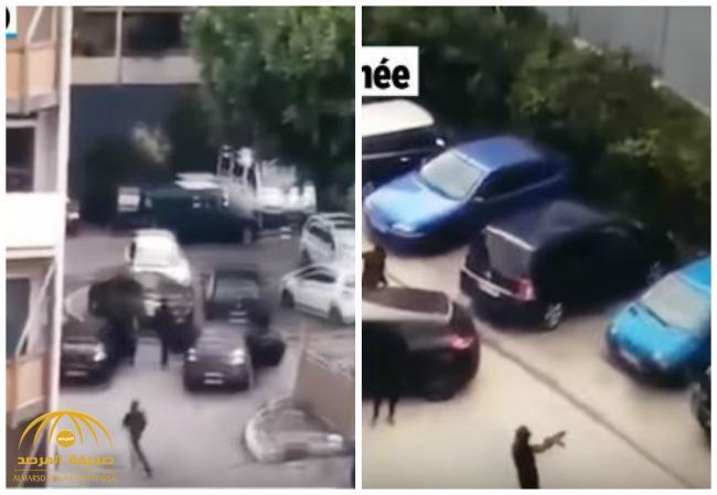 شاهد .. ملثمون  يحملون  بنادق كلاشنيكوف يطلقون النار عشوائياً جنوب فرنسا