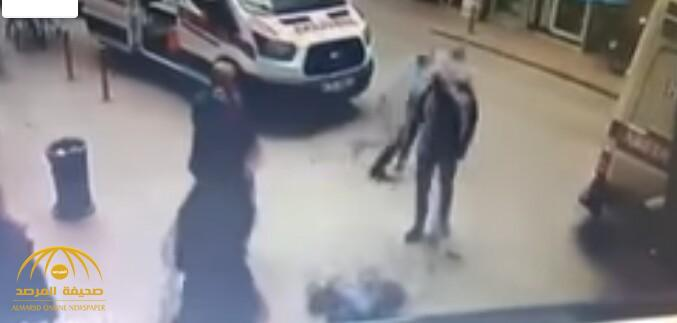 """بالفيديو.. شاهد لحظة مقتل """"رجل وامرأة"""" في مكان عام  بإسطنبول!"""