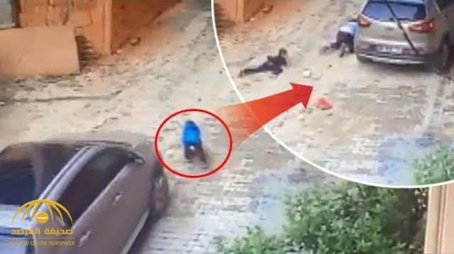 شاهد .. فيديو صادم لأم تدهس طفلها بسيارتها !