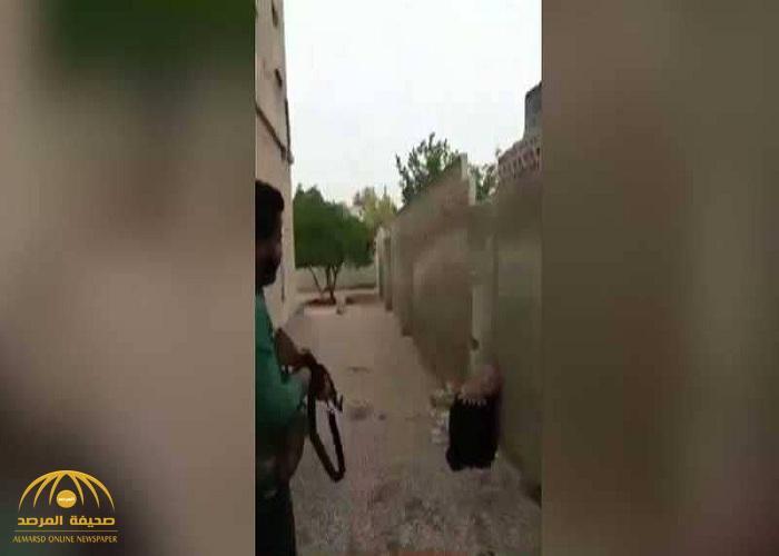 """""""غسل عارك يا بشار"""".. شاهد: سوري يقتل شقيقته المكبلة بسلاح """"رشاش"""" ويوثق جريمته بالفيديو!"""