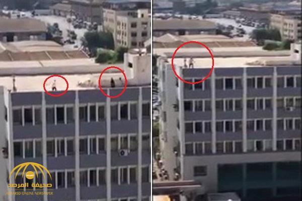 على طريقة أبو العربي .. شاهد : تاجر  يهدد بالانتحار من أعلى سطح مبنى في مصر