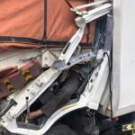 شاهد.. حادث مروع لسائق احتجز جسده بين ركام الحديد على طريق سريع والكشف عن جنسيته -صور