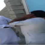شاهد.. باكستاني يصفع ابنه على وجهه بعد حلق شنبه ويطالب أن يقول توبة!