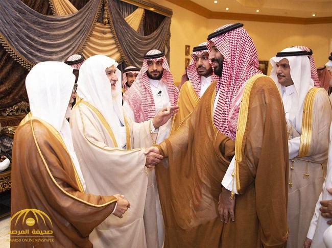 شاهد بالصور : لحظة زيارة ولي العهد لعائلة العساف في محافظة الرس