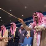 شاهد بالصور والفيديو.. الملك سلمان يشارك بأداء العرضة في مهرجان الجنادرية33