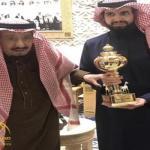 """شاهد.. """" خادم الحرمين"""" مع ابنه """"سعود"""" بعد فوز الفرس مجتاحة بكأس الملك فهد"""