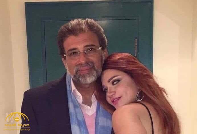 """""""وهي بين أحضانه"""".. تسريب صورة للمذيعة """"ياسمين الخطيب"""" مع مخرج مصري معروف يدفعها للاعتراف بهذا السر!"""