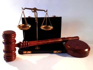 ميزان العدالة والقانون ومطرقة القاضي