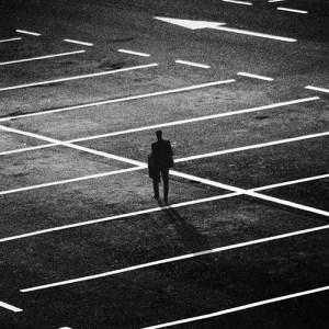 شخص يقف وحيدًا