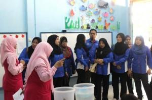 Saat berinteraksi dengan para guru TK Unggulan Al-Ya'lu
