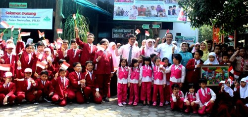 Mendikbud Prof. Anies Baswedan, Ph.D. bersama para siswa dan guru Sekolah Unggulan Al-Ya'lu