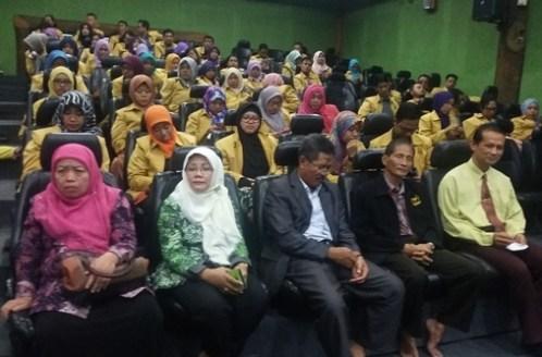 Para mahasiswa S2 UNNES beserta bapak-ibu dosen pembimbing saat seremoni di auditorium Sekolah Unggulan Al-Ya'lu