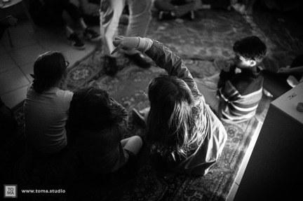 photos d'enfants lors du jour de la nuit. 3 petites filles de dos et un petit garçon à leur droite les observant. Ils jouent au jeu du Loup-Garou.