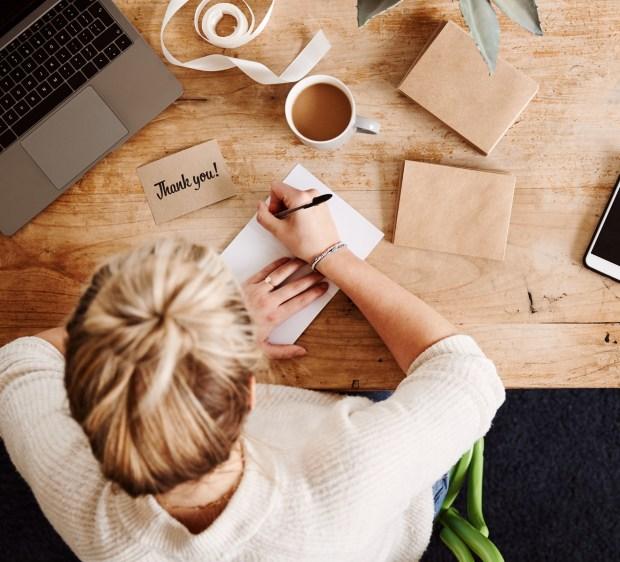 Femme écrivant sur bureau