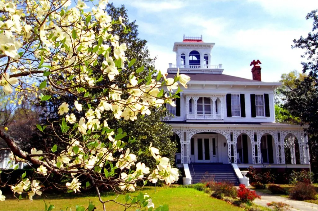 Small towns in Alabama have just as much to explore as their big city counterparts! Read this article to know just how much! #small #towns #alabama #tourism #vacation #explore #hidden #gems #eufaula #cullman