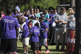 Students arrive at the Barbasol Junior Clinic. (Christopher Jones/Alabama NewsCenter)