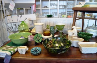 Vintage tabletop at Grace Aberdean Habitat Alchemy in Tuscaloosa. (Anne Kristoff / Alabama NewsCenter)