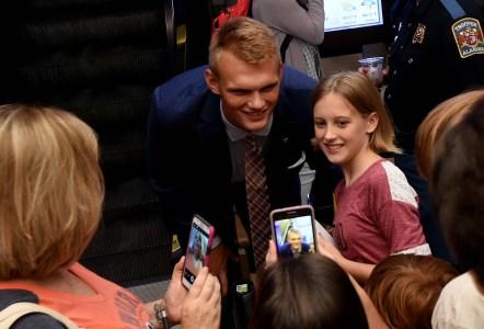 Auburn kicker Daniel Carlson poses with a fan at SEC Media Days. (Solomon Crenshaw Jr. / Alabama NewsCenter