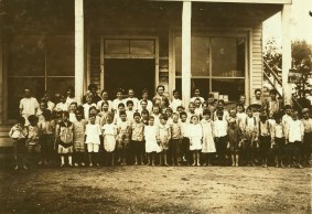 Group of children attending the mill school at Barker Cotton Mills, Mobile, 1914. (Photograph byLewis Wickes Hine, Library of Congress Prints and Photographs Division)