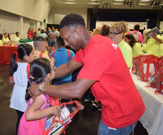 Dion Oliver, 2018 Gorgas APSO president, gave out hundreds of book bags. (Donna Cope/Alabama NewsCenter)