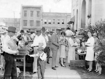 A curbside marketplace in the city of Troy, the county seat of Pike County, ca. 1920s. (From Encyclopedia of Alabama, courtesy of Alabama Bureau of Tourism and Travel)