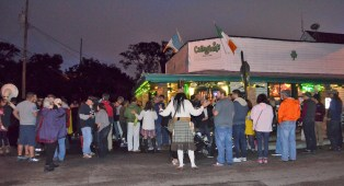 A crowd congregates around Callaghan's in Mobile to celebrate the opening of Haint Blue Brewing Co.'s brewery. (Michael Tomberlin/Alabama NewsCenter)