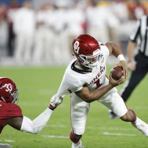 Alabama linebacker Anfernee Jennings (33) makes a tackle. (Amelia J. Brackin)