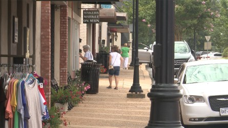 Shoppers find a variety of options in downtown Alexander City (Dennis Washington / Alabama NewsCenter)