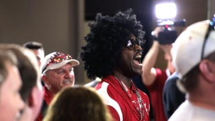 Fans await Alabama coach Nick Saban at SEC Media Days 2019. (Bruce Nix / Alabama NewsCenter)