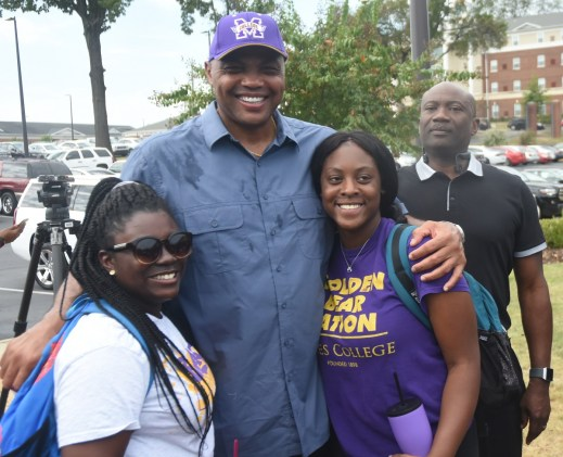 Charles Barkley poses with Miles College students. (Solomon Crenshaw Jr./Alabama NewsCenter)