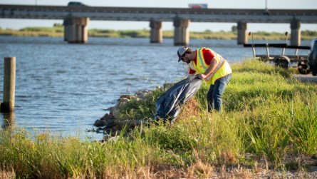 Volunteers across Mobile and Baldwin counties pick up trash during the 2019 Alabama Coastal Cleanup. (Dennis Washington/Alabama NewsCenter)
