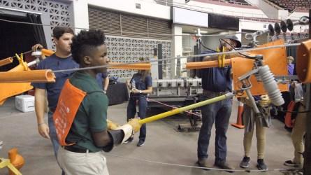 A student experiences an electrical line simulator. (Dennis Washington / Alabama NewsCenter)