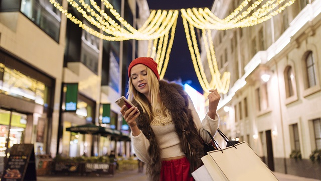 Americans to spend most money ever using phones this holiday season