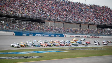 The field comes through the tri-oval during Sunday's 1000Bulbs.com 500. (Dennis Washington / Alabama NewsCenter)