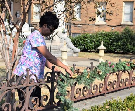 A staff member decorates the Hassinger Daniels mansion, which dates to 1898. (Donna Cope/Alabama NewsCenter)