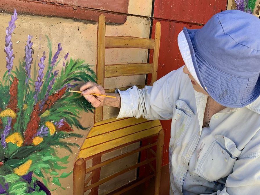 Wilson adds finishing touches to flowers. (Donna Cope/Alabama NewsCenter)