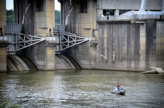 Boaters must wear life vests near hydroelectric dams. (file)