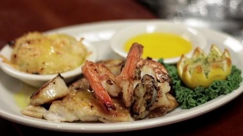 Η ψητή πιατέλα θαλασσινών στο The Bright Star βρίσκεται στη λίστα των 100 πιάτων για φαγητό στην Αλαμπάμα του Τμήματος Τουρισμού της Αλαμπάμα.  (Chad Allen / Alabama NewsCenter)