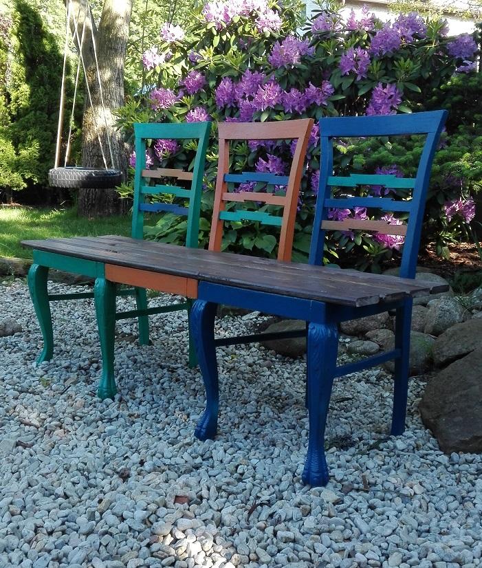 Ławka zrobiona ze starych krzeseł