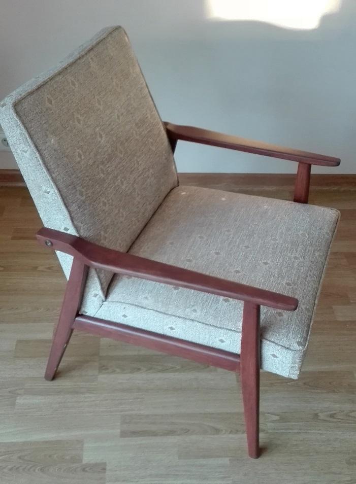 Odnowiony fotel z beżowym obiciem