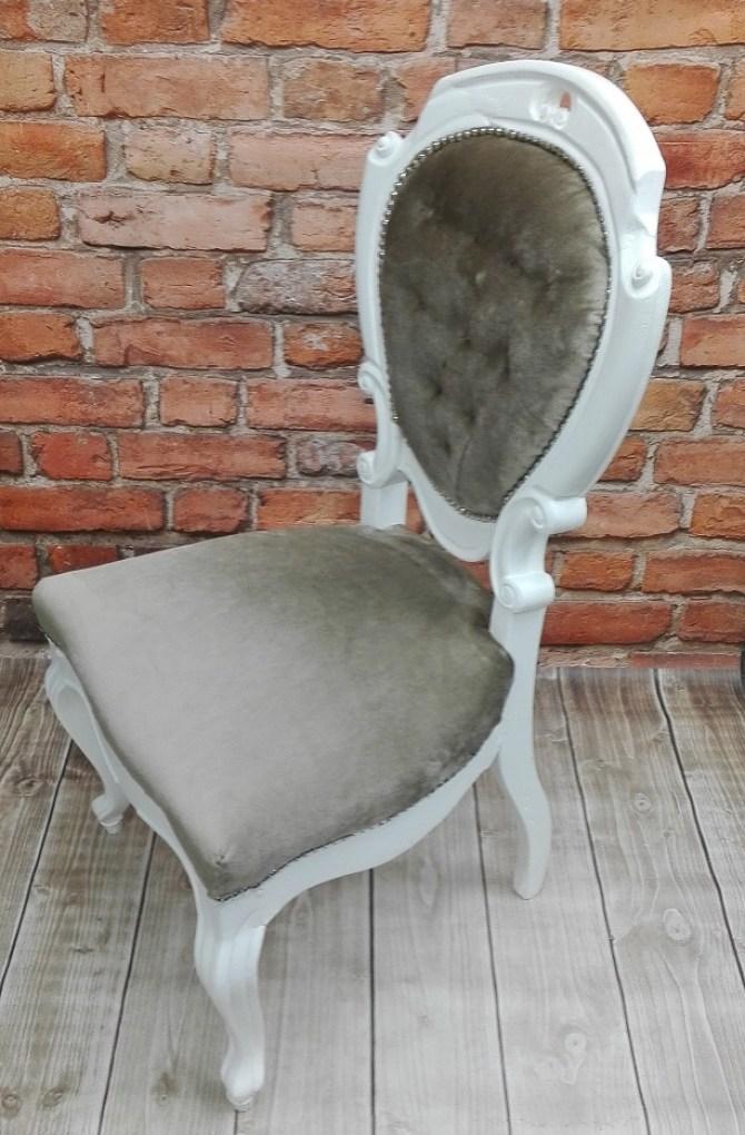 Stylowe krzesło medalion po renowacji