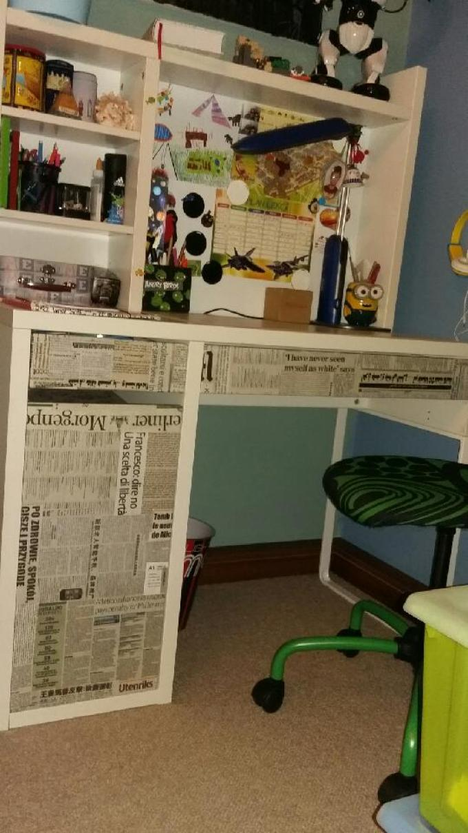 Biurko oklejone gazetami