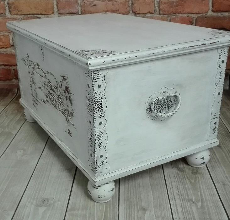 Kufer bielony - biała skrzynia z okuciami