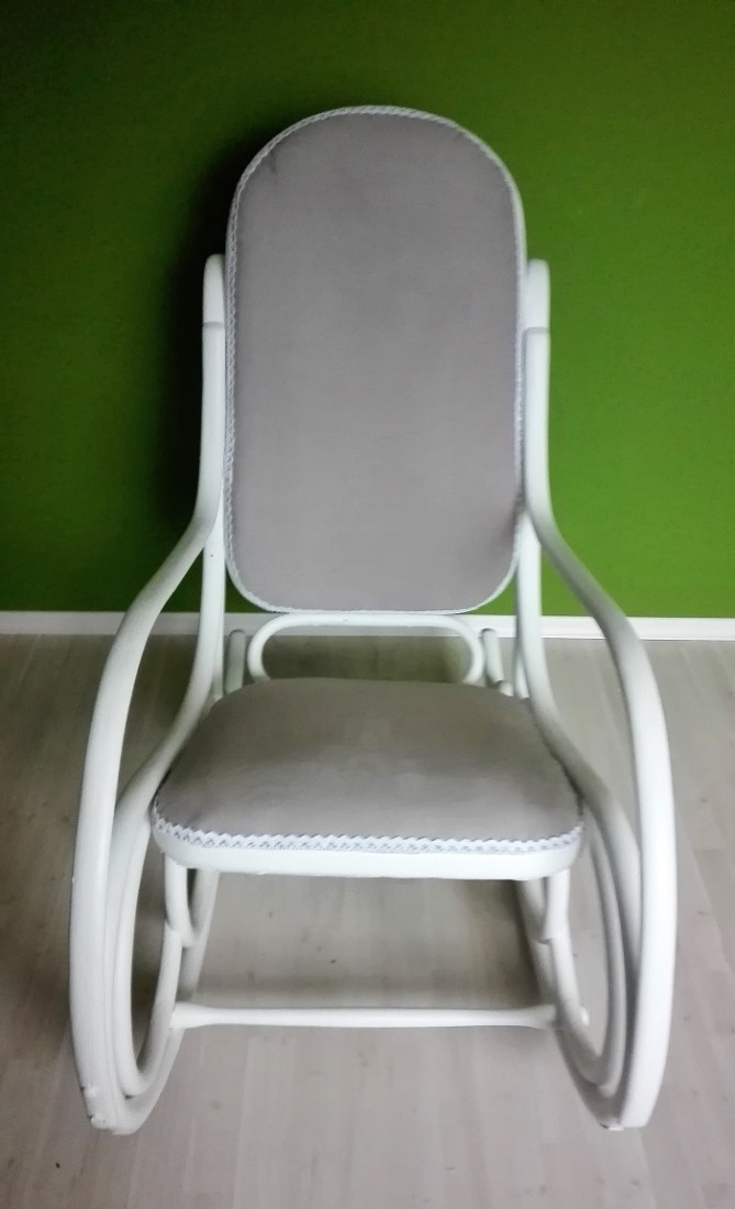 Biały fotel bujany